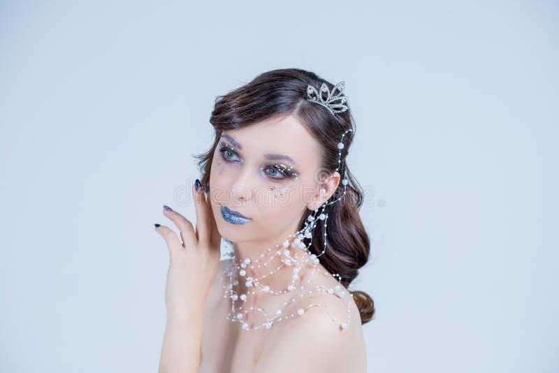 Beleza, cosméticos e composição Olhar dos olhos mágicos com composição criativa brilhante Tiro macro da cara da mulher bonita com fotografia de stock