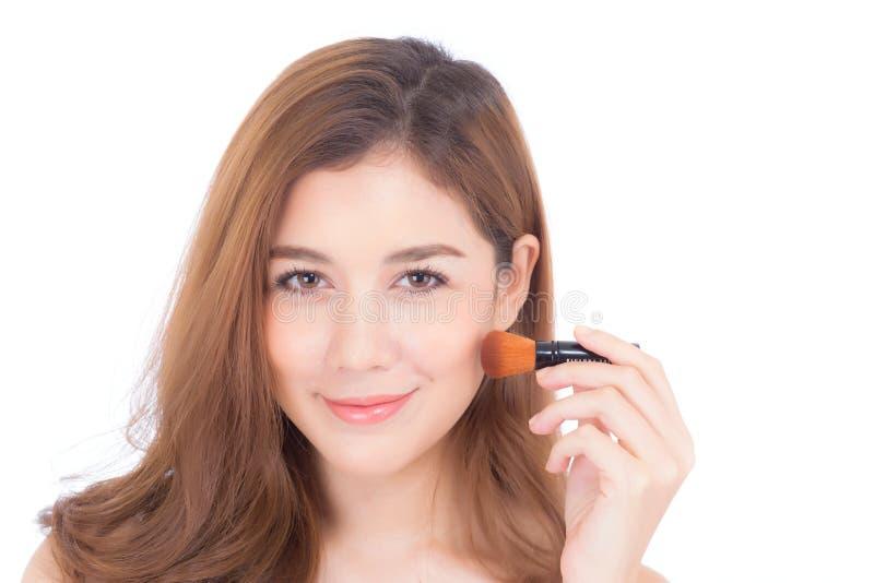 A beleza da aplicação asiática da mulher do retrato compõe com a escova do mordente isolada no fundo branco imagens de stock