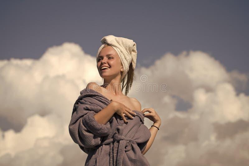 Beleza da cara da mulher Modele com os ombros despidos que tomam sol no dia ensolarado fotos de stock royalty free
