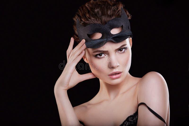 A beleza da menina Mulher bonita com máscara do gato e da composição profissional fotos de stock