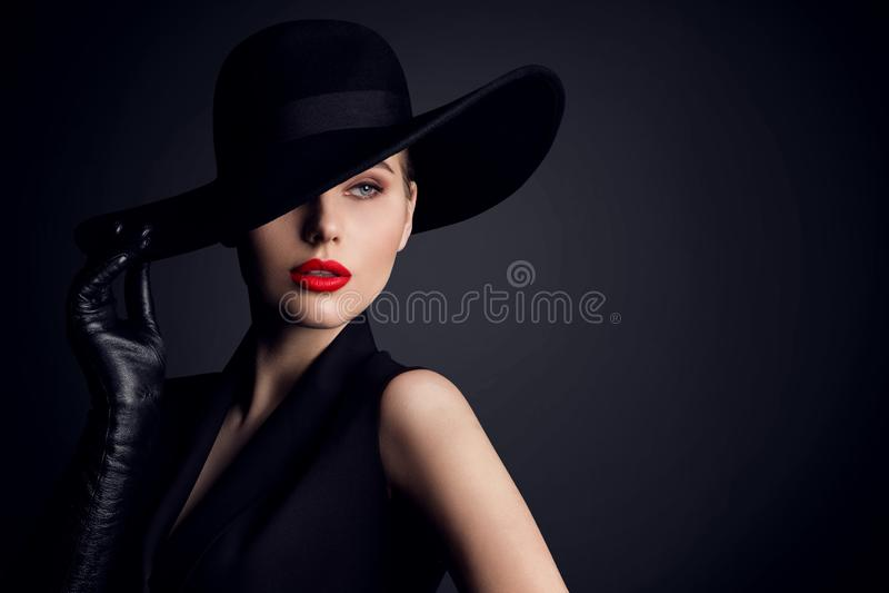 Beleza da mulher no chapéu, modelo de forma elegante Retro Style Portrait no preto imagens de stock royalty free