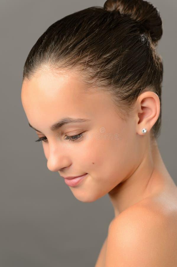 Beleza da pele da pureza do adolescente que olha para baixo fotos de stock