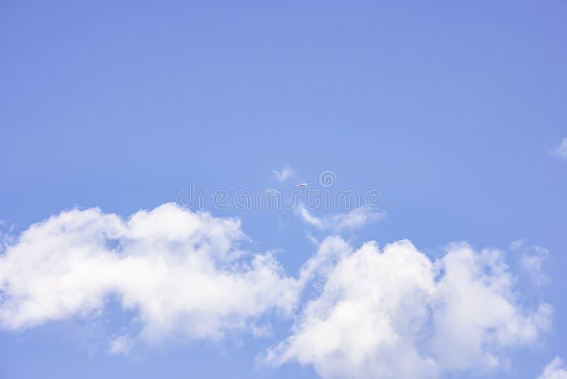 A beleza das nuvens e do plano no céu imagem de stock