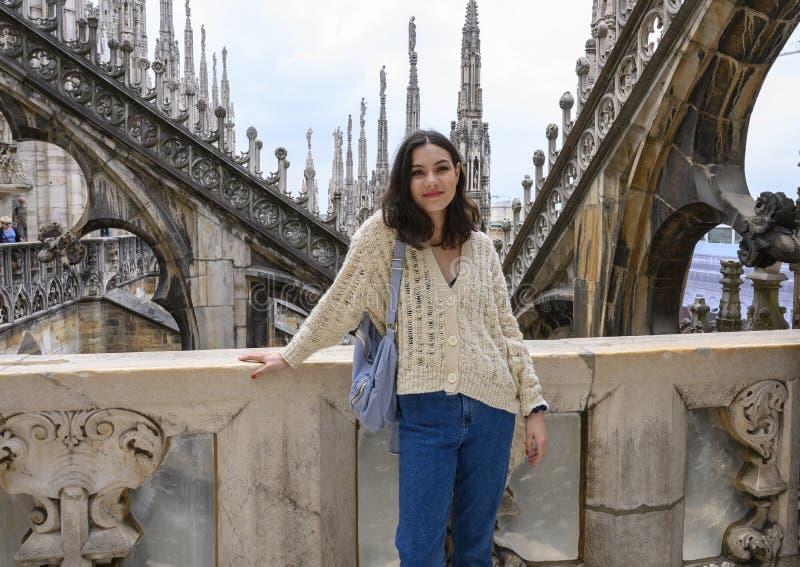 Beleza de Amerasian no telhado dos di Milão de Milan Cathedral ou do domo, a igreja da catedral de Milão, Lombardy, Itália fotos de stock