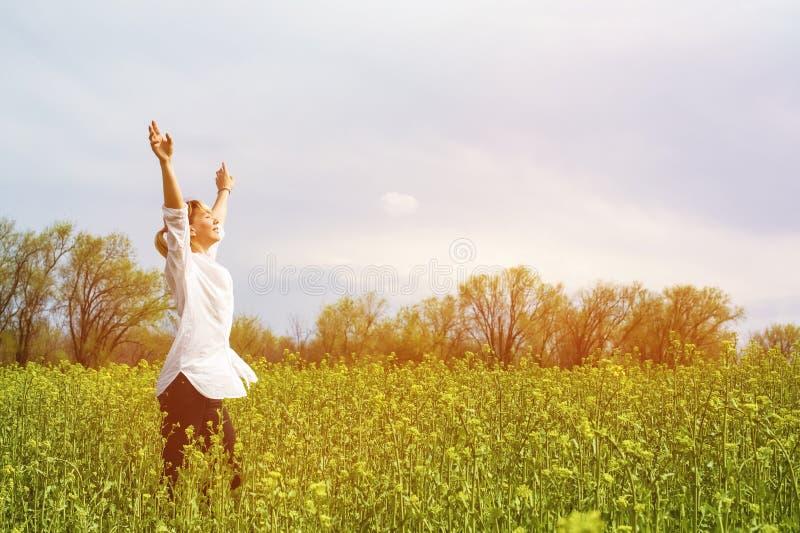 A beleza de uma menina fora, apreciando a natureza e a liberdade e apreciando a vida Menina bonita em uma camisa branca, caminhad foto de stock royalty free
