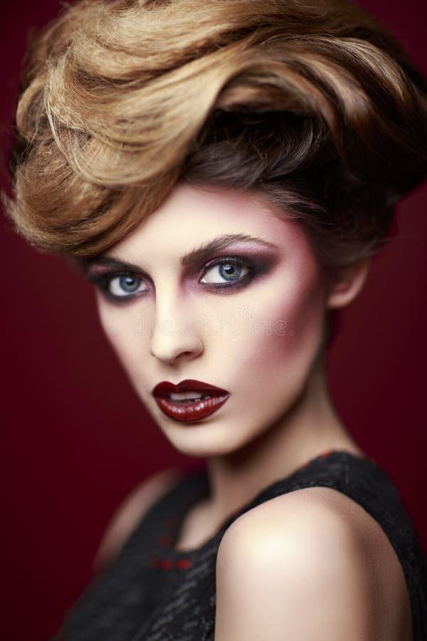A beleza denominou o retrato do close up de uma jovem mulher fotografia de stock