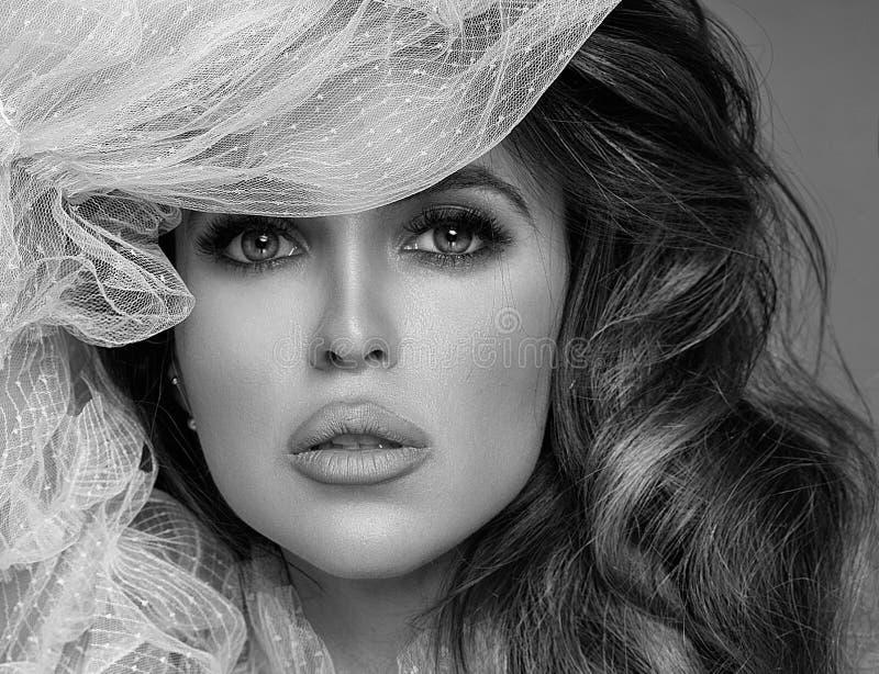 Beleza disparada da mulher triguenha foto de stock