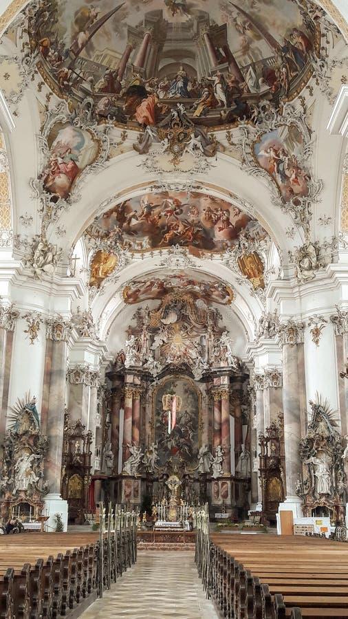 Beleza do altar da igreja - aturdindo o interior imagens de stock royalty free