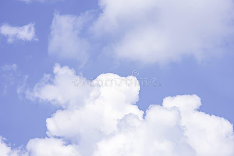 A beleza do céu com nuvens, e o sol foto de stock