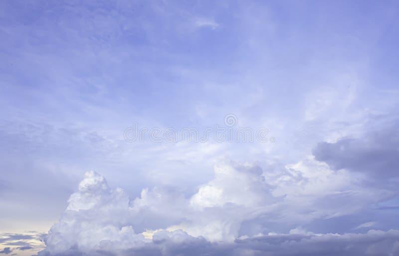 A beleza do c?u com nuvens e o sol imagens de stock
