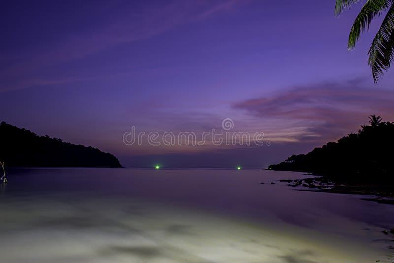 A beleza do por do sol no mar e da luz do barco de pesca imagens de stock