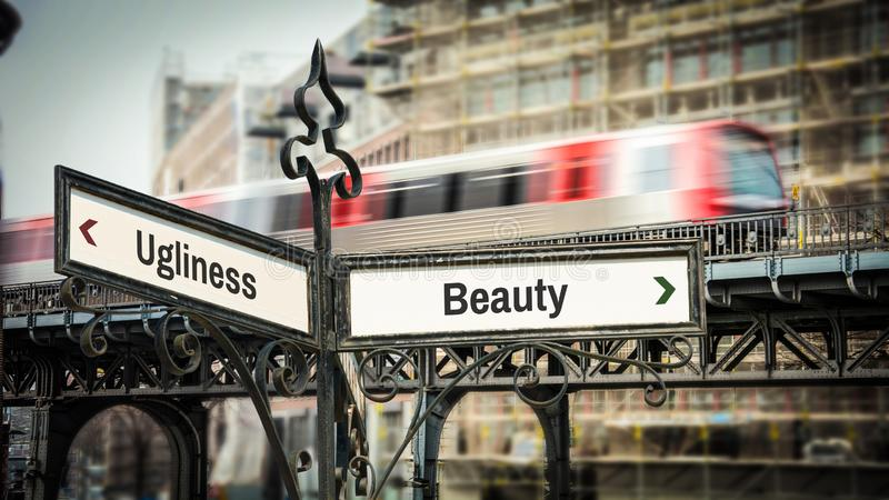Beleza do sinal de rua contra a fealdade foto de stock royalty free