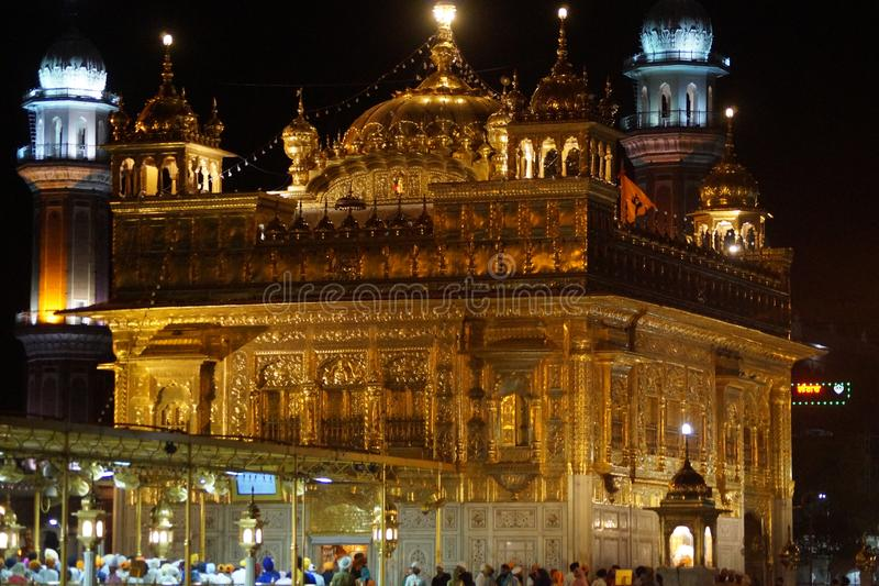 Beleza do templo dourado na noite imagens de stock royalty free