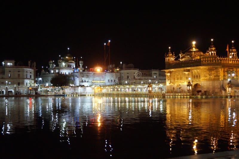 Beleza do templo dourado na noite foto de stock royalty free
