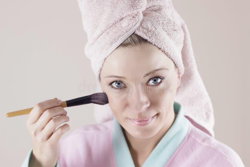 Beleza e conceito da composição - applyin bonito novo feliz da mulher foto de stock royalty free