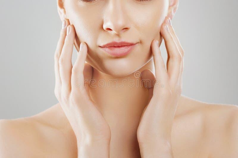 Beleza e conceito dos termas Jovem mulher bonita com toque fresco limpo da pele próprios cara e sorriso Tratamento facial Fêmea d foto de stock