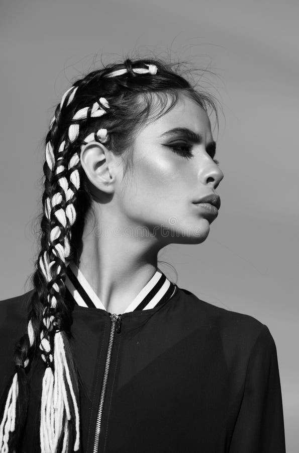 Beleza e fôrma Salão de beleza do Hairdressing Retrato da forma da beleza Menina adorável com cara bonito, composição e as trança foto de stock