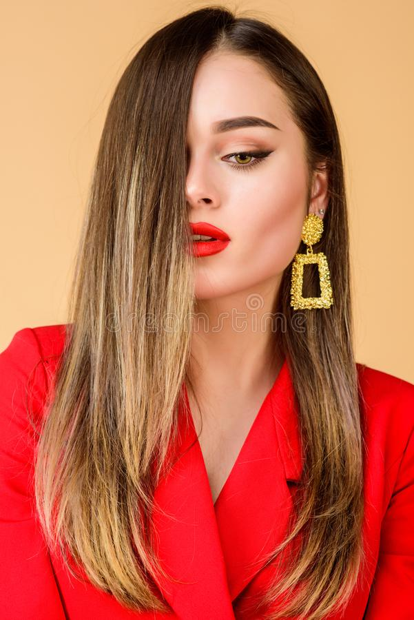 Beleza e f?rma Brincos da joia Menina no revestimento vermelho beleza do cabelo e sal?o de beleza do cabeleireiro Retrato da form fotos de stock