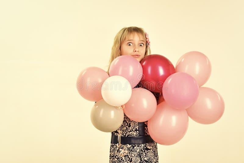 Beleza e forma, cores pastel punchy Menina com os balões da posse do penteado Aniversário, felicidade, infância, olhar miúdo fotografia de stock royalty free