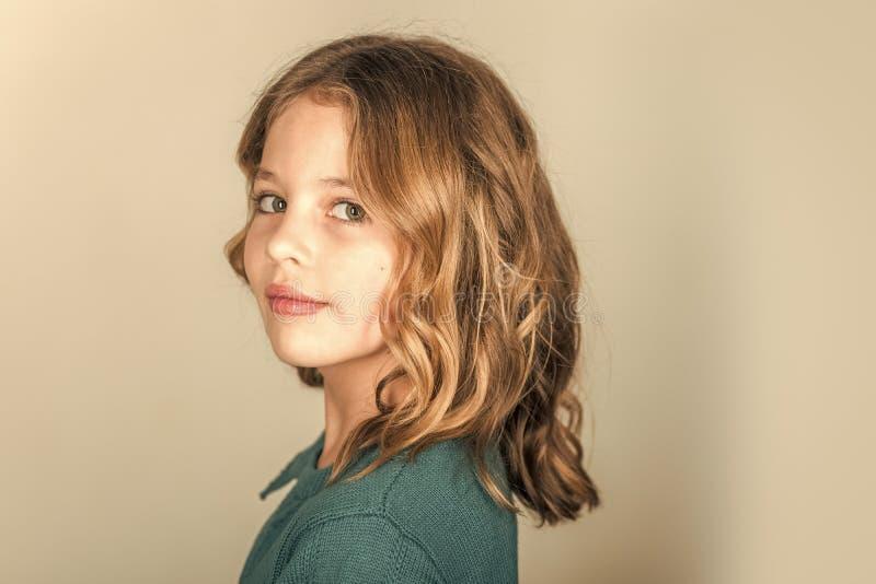 Beleza e forma da criança com cabelo saudável Cabeleireiro, skincare, estilo ocasional, sarja de Nimes Menina à moda com cara bon foto de stock royalty free