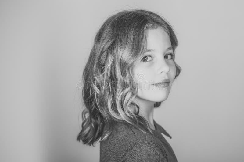 Beleza e forma da criança com cabelo saudável Cabeleireiro, skincare, estilo ocasional, sarja de Nimes Menina à moda com cara bon fotografia de stock