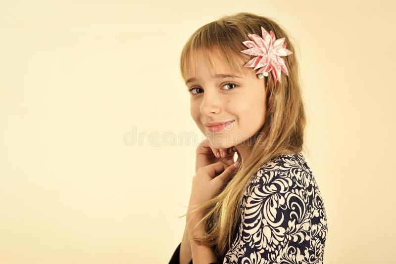 Beleza e forma da criança da menina com cabelo saudável Beleza e fôrma Copie o espaço fotografia de stock royalty free