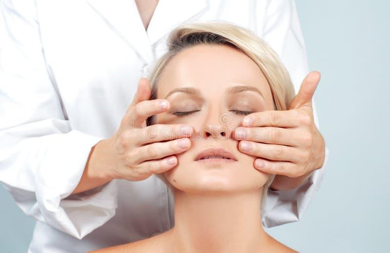 Beleza e massagem de cara Mulher bonita com pele perfeita limpa fotografia de stock royalty free