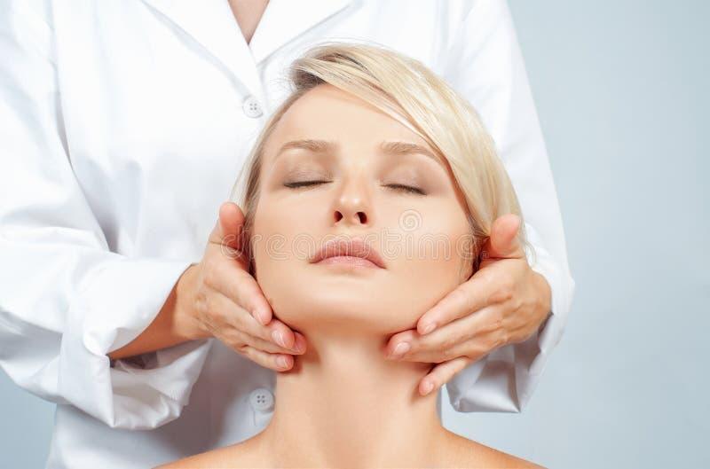 Beleza e massagem de cara Mulher bonita com pele perfeita limpa fotos de stock royalty free