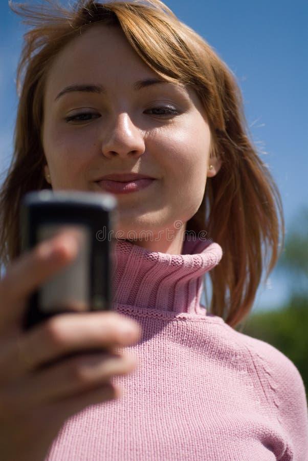Beleza e o telefone fotos de stock royalty free