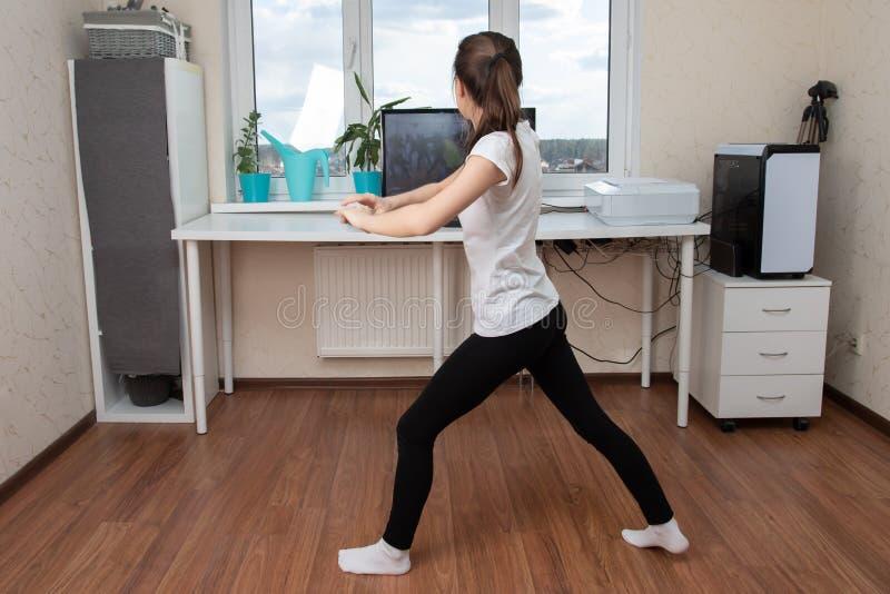 Beleza e saúde em casa durante quarentena pandêmica Jovens dançando online na internet fotografia de stock royalty free