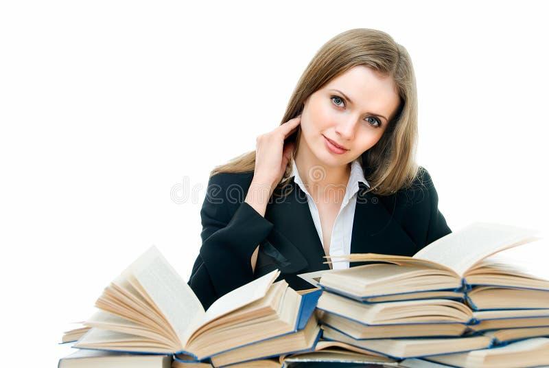 Beleza entre livros imagens de stock royalty free