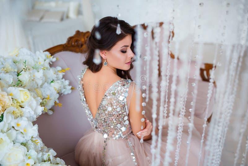 Beleza fêmea Retrato luxuoso da mulher com cabelo perfeito e composição Jovem senhora atrativa no fim do vestido elegante acima fotografia de stock royalty free
