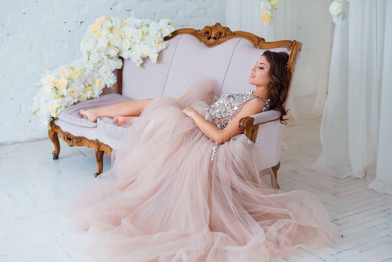 Beleza fêmea Retrato luxuoso da mulher com cabelo perfeito e composição Jovem senhora atrativa no vestido elegante que levanta de imagem de stock
