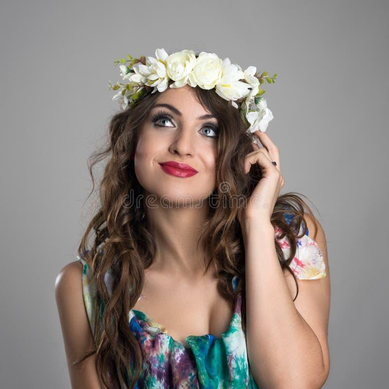 Beleza feericamente de pensamento pensativa da princesa com a flor em sua cabeça que olha acima fotos de stock royalty free