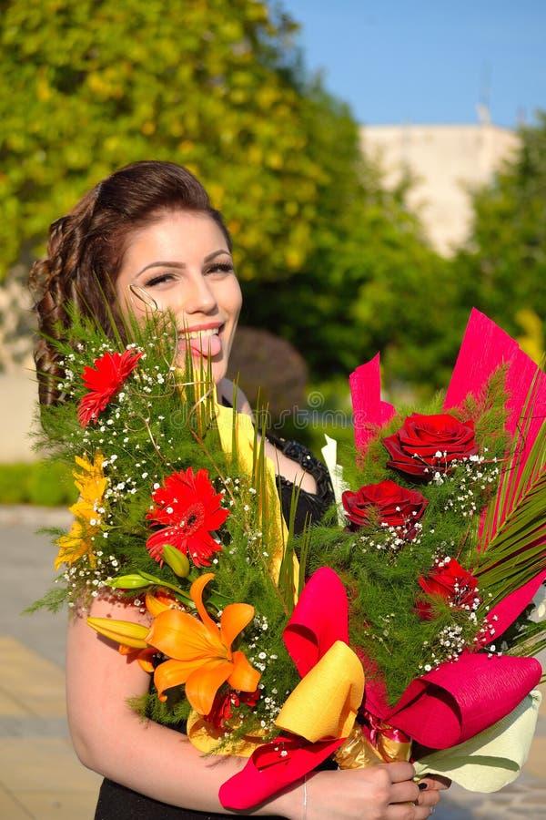 Beleza feliz com ramalhetes da flor imagens de stock royalty free