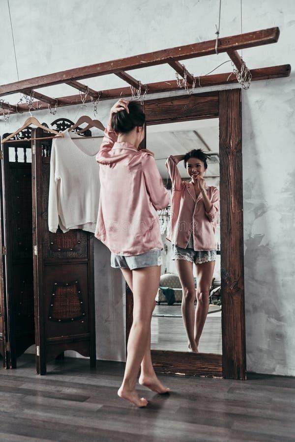Beleza feminino pura O comprimento completo da jovem mulher atrativa mantém-se imagem de stock royalty free
