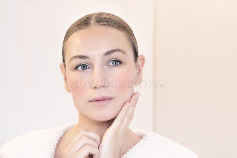 Beleza genuína de uma jovem mulher fotografia de stock royalty free