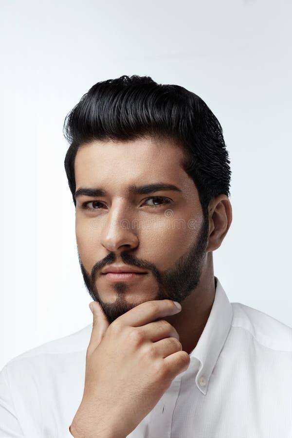 beleza Homem com penteado e retrato da barba Macho considerável imagens de stock