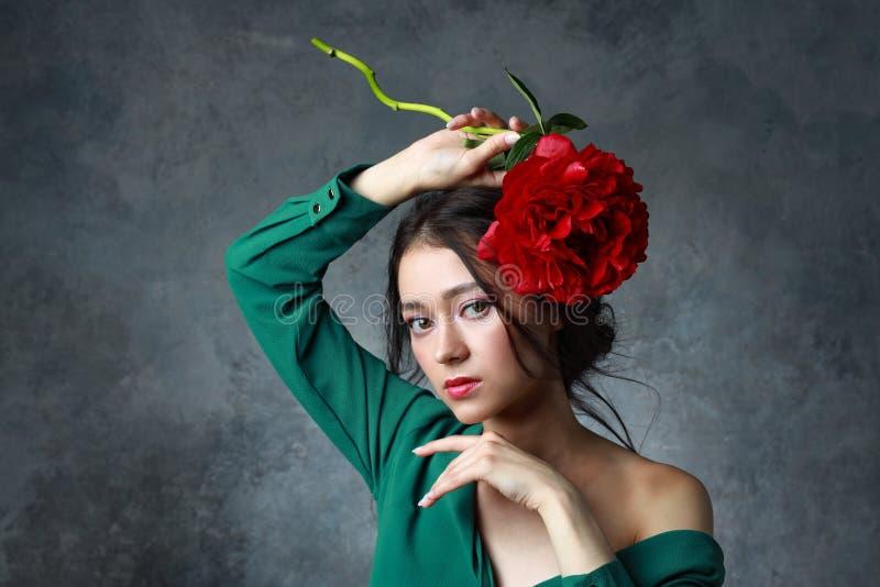 Beleza, joia, povos e conceito luxuoso - mulher asiática bonita no vestido elegante com flor da peônia fotos de stock royalty free