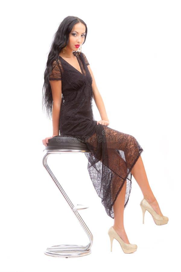 Beleza Leggy em uma cadeira elevada fotografia de stock royalty free