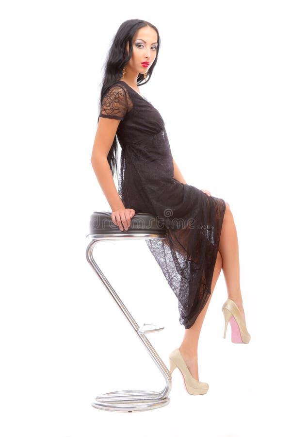 Beleza Leggy em uma cadeira elevada foto de stock royalty free