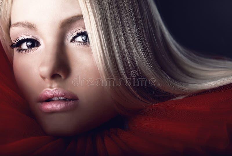 Beleza loura atrativa no jabot teatral vermelho imagens de stock royalty free