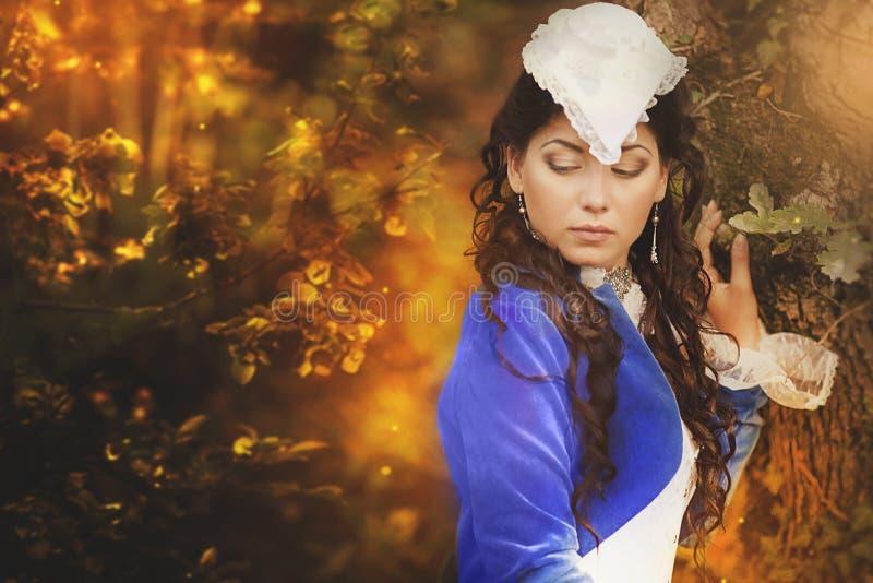 Beleza moreno lindo em um vestido antiquado fotos de stock royalty free