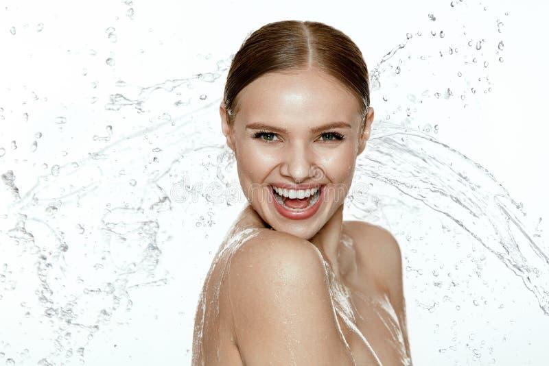 beleza Mulher com água na cara e no corpo cuidados com a pele dos termas imagem de stock royalty free
