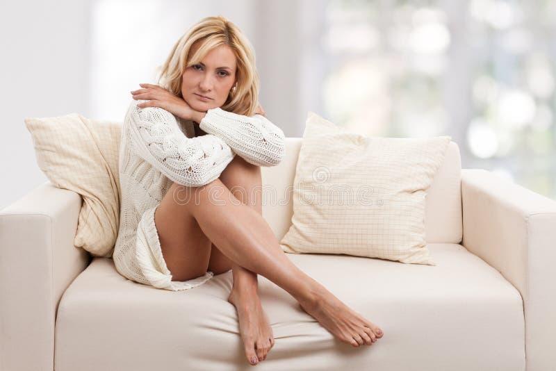 Beleza, mulher do blondie em um sofá fotografia de stock royalty free