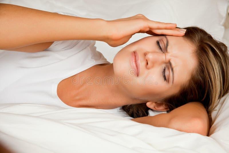 Beleza, mulher nova com dor de cabeça imagens de stock royalty free