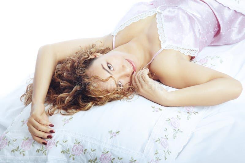 Beleza na cama fotos de stock royalty free