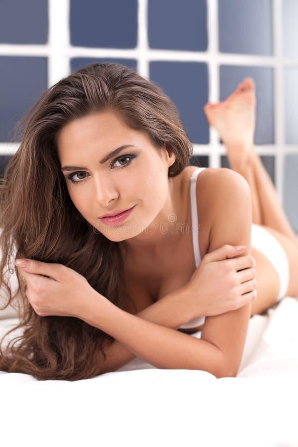 Beleza na cama. fotografia de stock royalty free