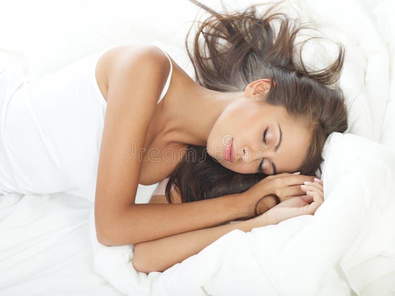 Beleza na cama fotos de stock