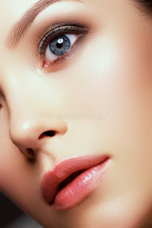 Beleza natural Cara bonita da mulher caucasiano nova com composição diária foto de stock royalty free